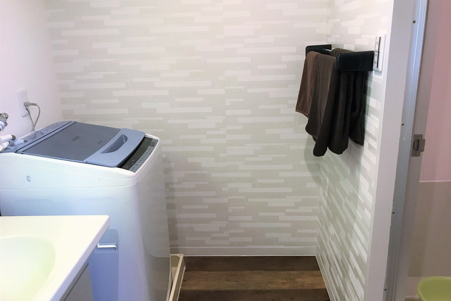 お風呂横には洗面台と洗濯機を配置。お風呂水の再利用も可能です