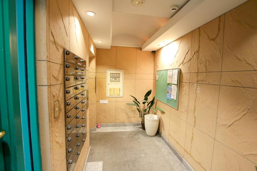 自然味のある壁面はサンドベージュの落ち着いた色合い