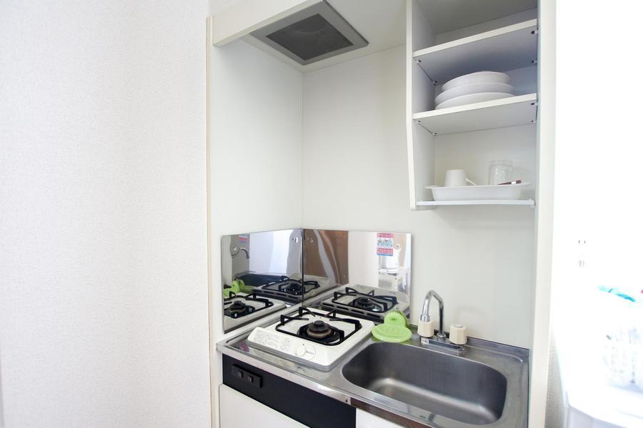 キッチンはガスコンロタイプ。食器などキッチングッズもご用意しています