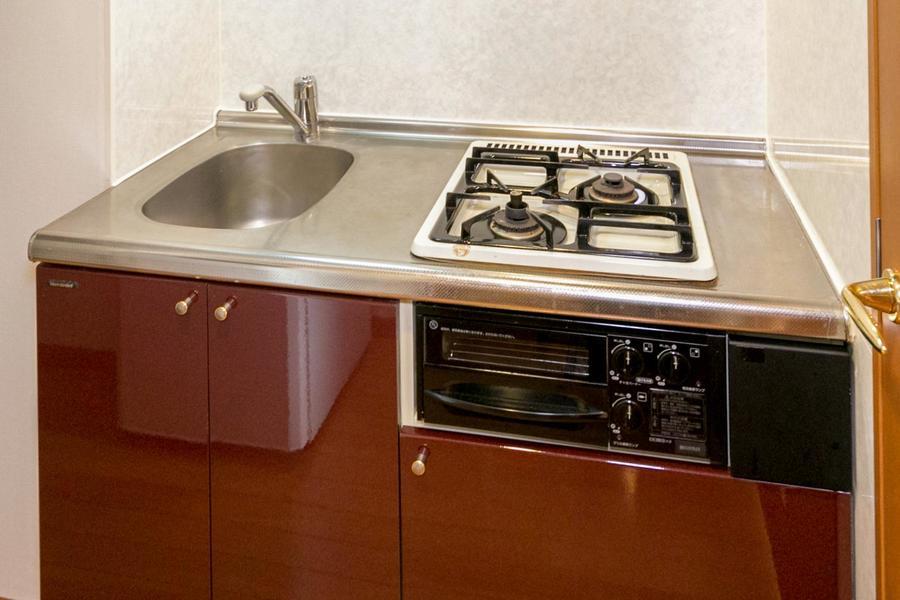 ガスコンロは二口タイプ。グリルも完備で自炊派の方もご満足いただけます