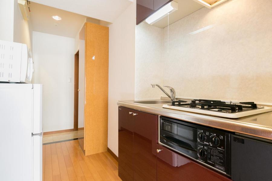 キッチン収納は上下に設置。食器類の他、食品のストックも収納できます