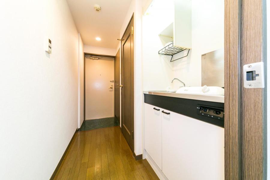 キッチン周辺は室内とはまた違った色合い。イエローブラウンのフローリングです