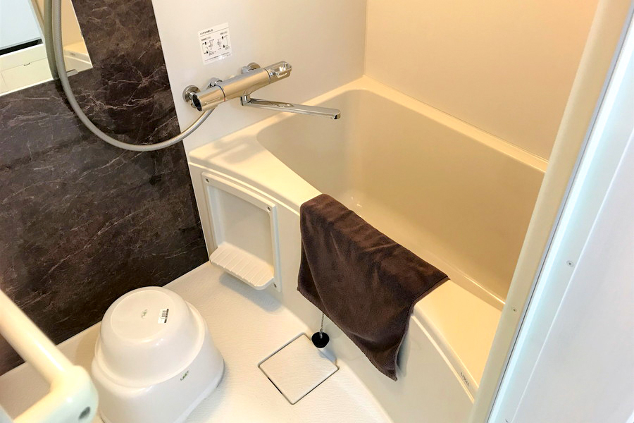 大理石調の壁面がアクセントのバスルーム。ゆったりくつろげます