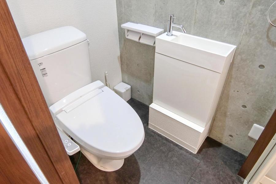 お手洗いは人気のシャワートイレタイプ。シンプルな手洗い器つきです