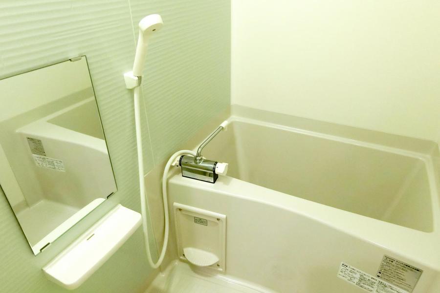 淡い色合のバスルーム。浴室乾燥機能搭載で急ぎの洗濯物もOK