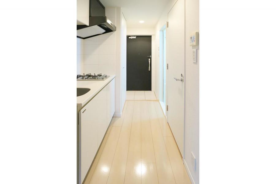 白い壁に黒い玄関扉でスタイリッシュな印象に