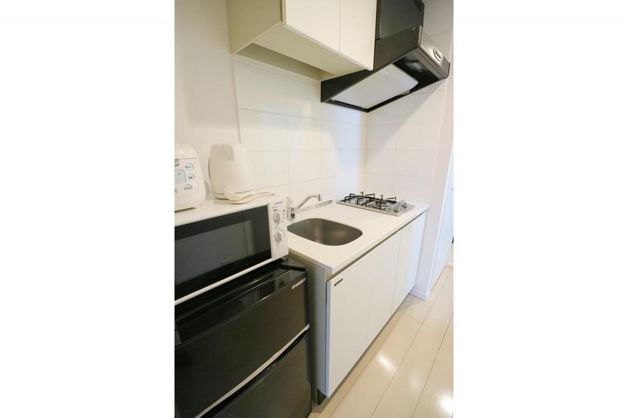 上下に収納棚があるキッチン。キッチン家電も使いやすい場所に配置