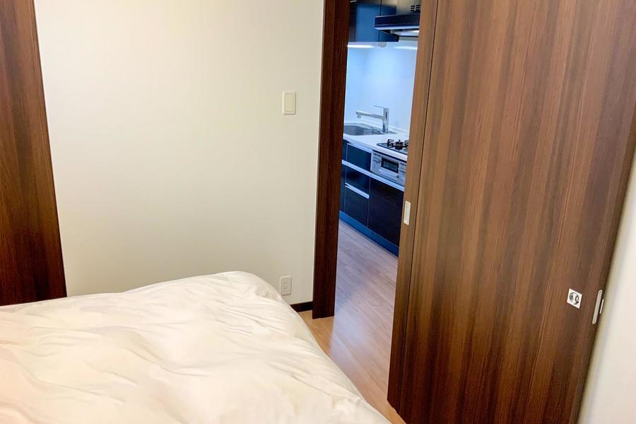 寝室は玄関側。手足を伸ばして眠れるダブルベッドをご用意しています