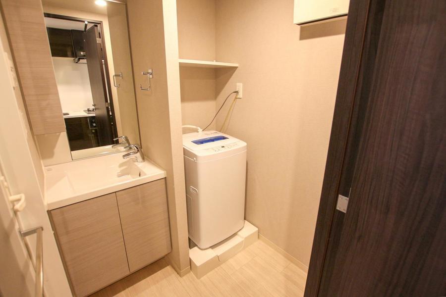 天井まで届きそうな大きな鏡が特徴。洗濯機も室内設置で安心です