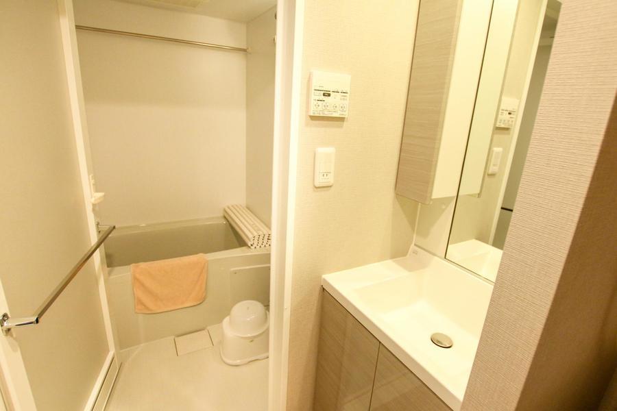 ゆったりくつろげるバスルーム。いつでも洗濯物が干せる浴室乾燥機能付きです
