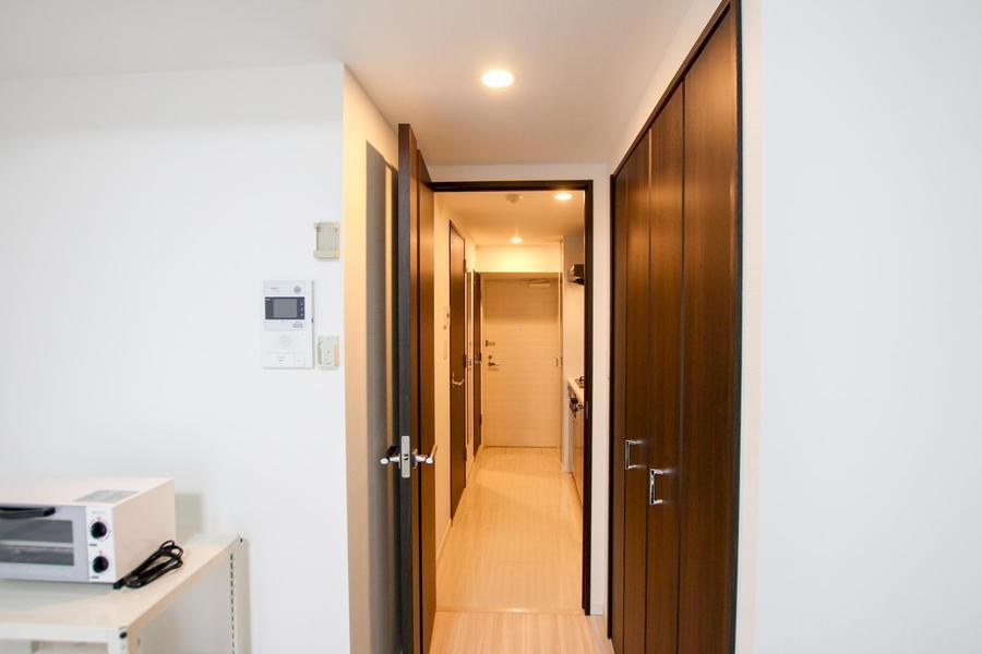 お部屋の入口にはクローゼットを設置。両開きの大容量タイプです