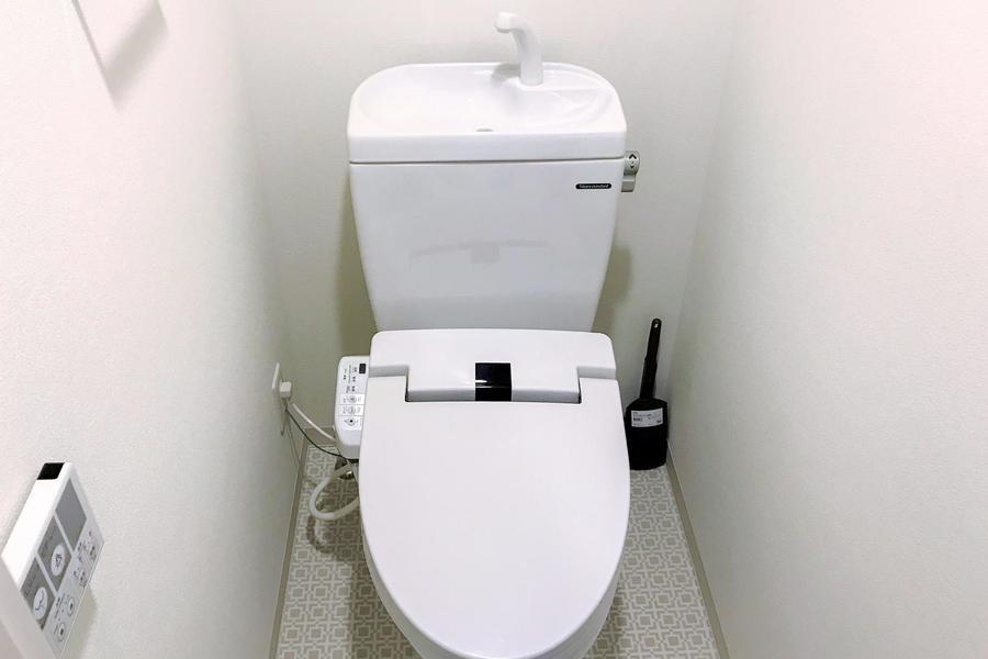 お手洗いは人気の独立タイプ。幾何学模様のテキスタイルが空間を引き締めます