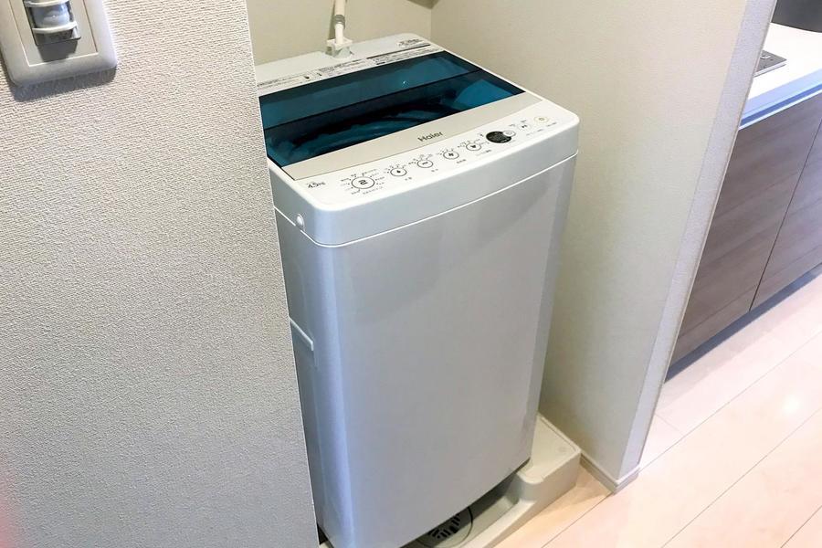 洗濯機はキッチン横に設置。上部には小物置きもあり便利です