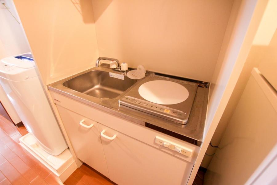 キッチンはコンパクトサイズ。火災の心配が少ないIHコンロタイプです