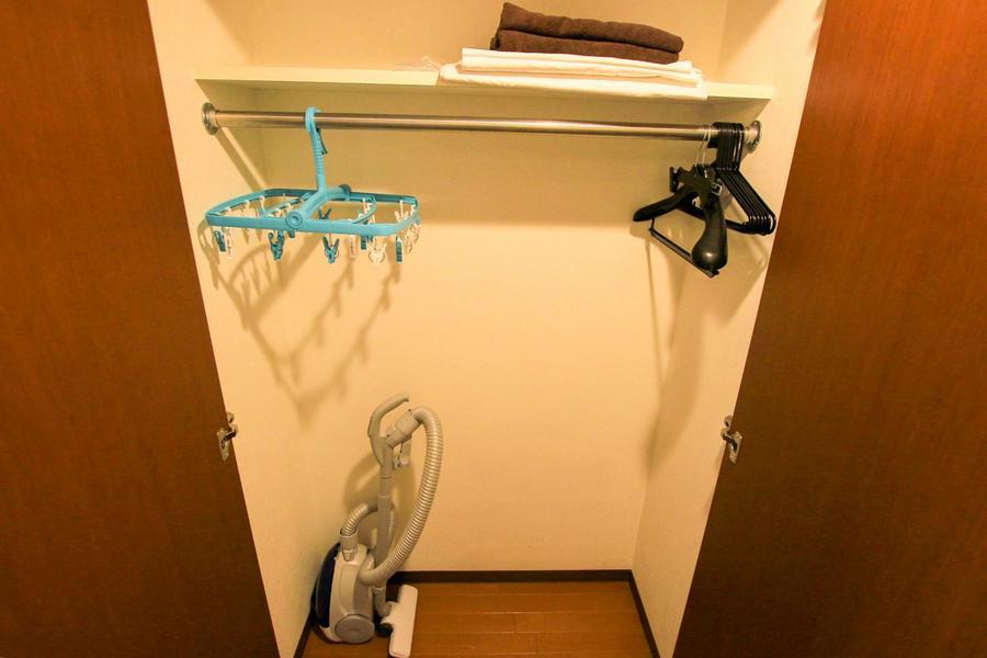 廊下のクローゼットはハンガー付き。コートなど丈の長い衣類も収納できます