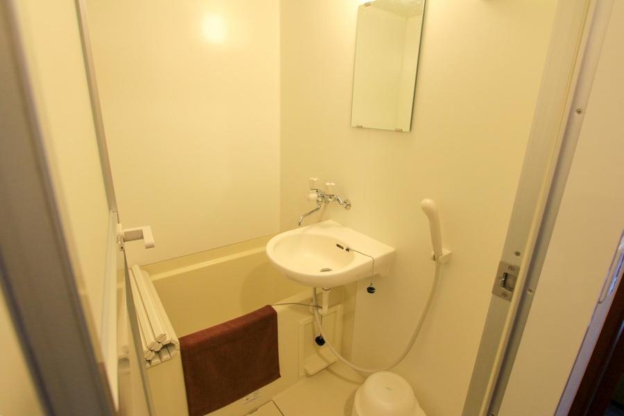 一日の疲れを癒やすバスルーム。バスマットや洗面器などもご用意しています