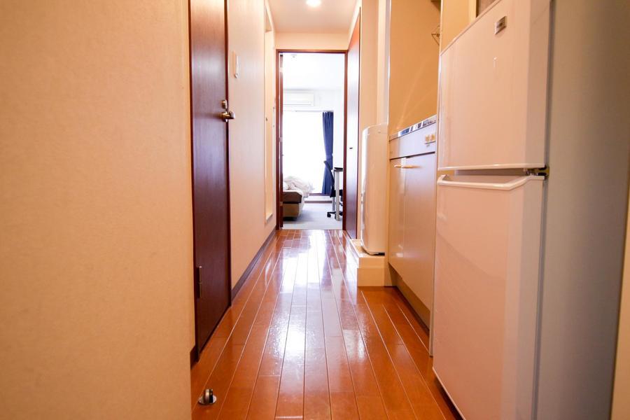 お部屋から一転、廊下はフローリング貼り。つややかなブラウンが特徴です
