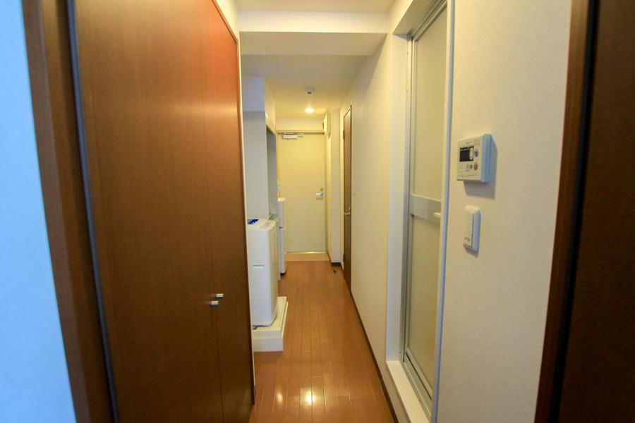 廊下はすっきり細め。お部屋との間には仕切り扉もあり便利です