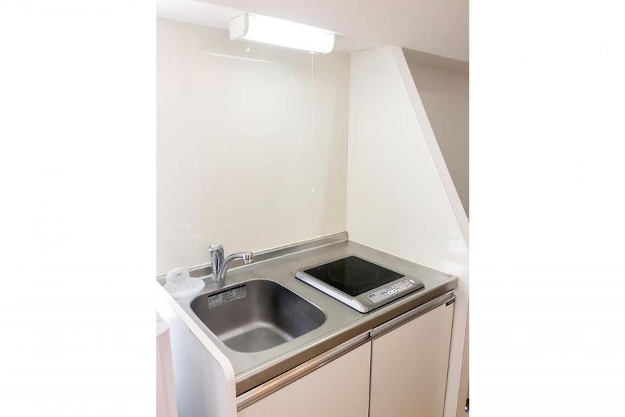 キッチンはコンパクトタイプ。お掃除もカンタンなIHコンロです