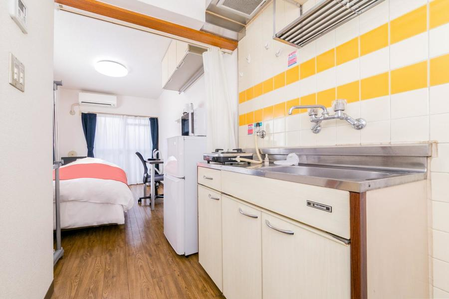 お部屋とキッチンの間にはカーテンを設置。開けて広々、閉めてプライベート空間に