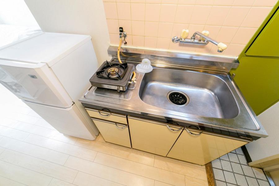 キッチンは大きなシンクが特徴。一口タイプガスコンロを設置しています