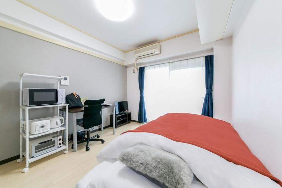 クリーム色のフローリングが特徴。グレーのアクセントクロスがお部屋を引き締めます