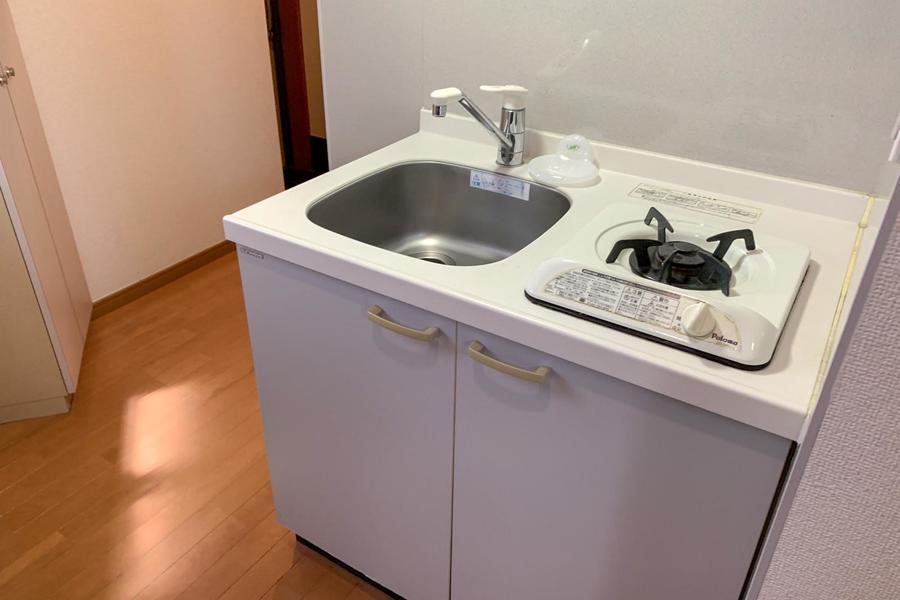 キッチンはコンパクトサイズ。収納も上下にあり便利です