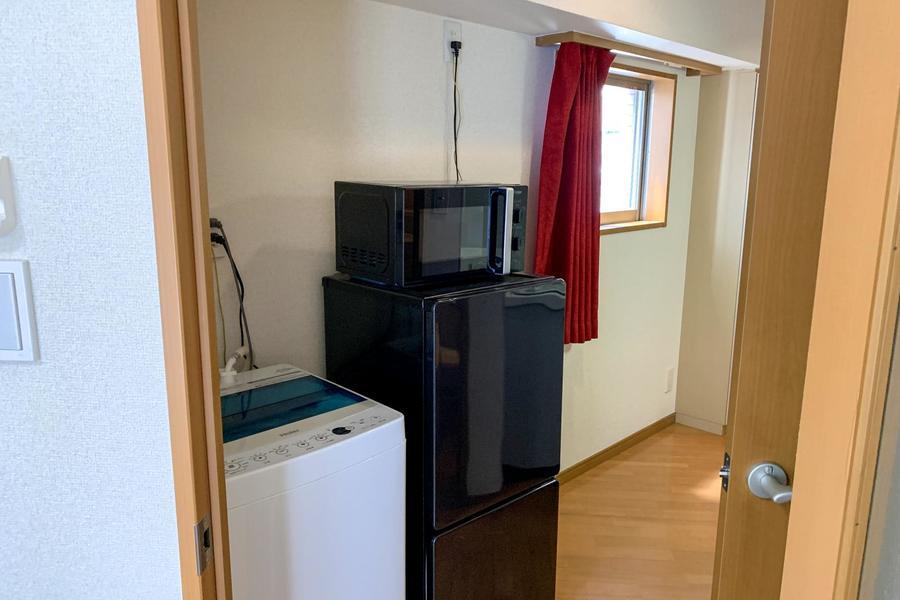 冷蔵庫はキッチンから手の届く場所へ、洗濯機は廊下側に設置することで騒音も控えめです