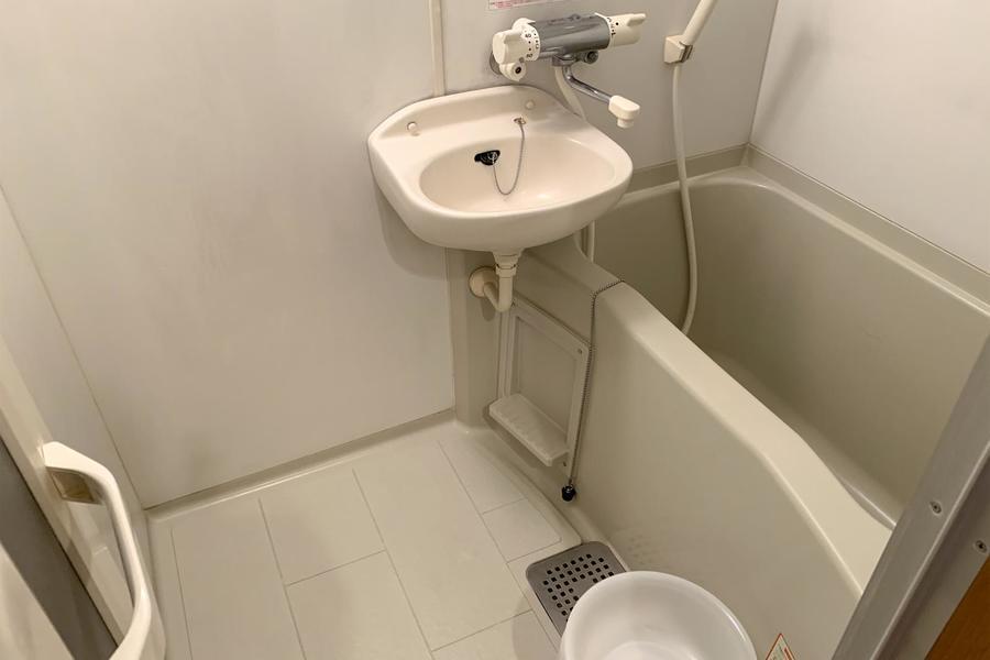淡いグレーを貴重としたバスルーム。いつでもお洗濯物が干せる浴室乾燥機能付きです