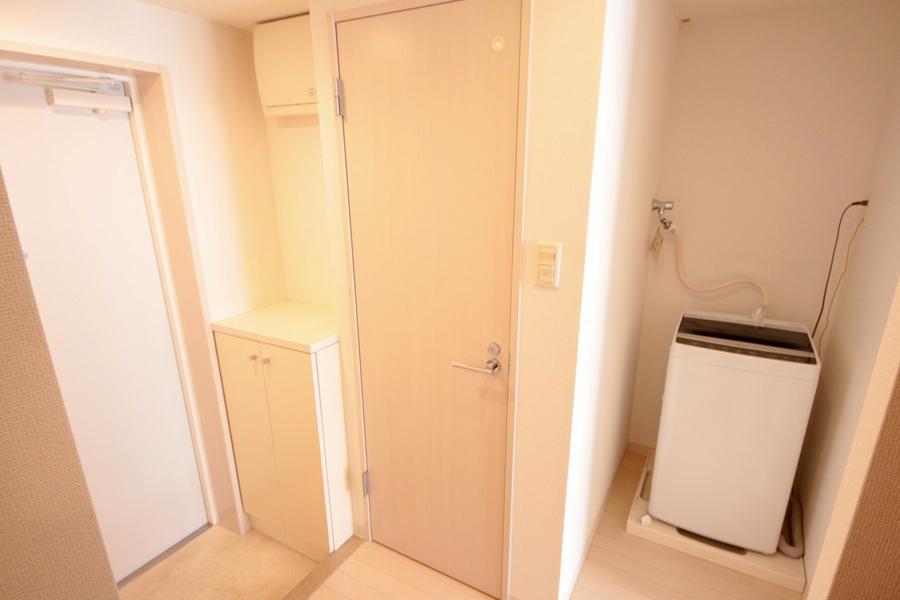 玄関周辺もお部屋と同じ色合いで柔らかな雰囲気。床面は段差がないバリアフリー仕様です