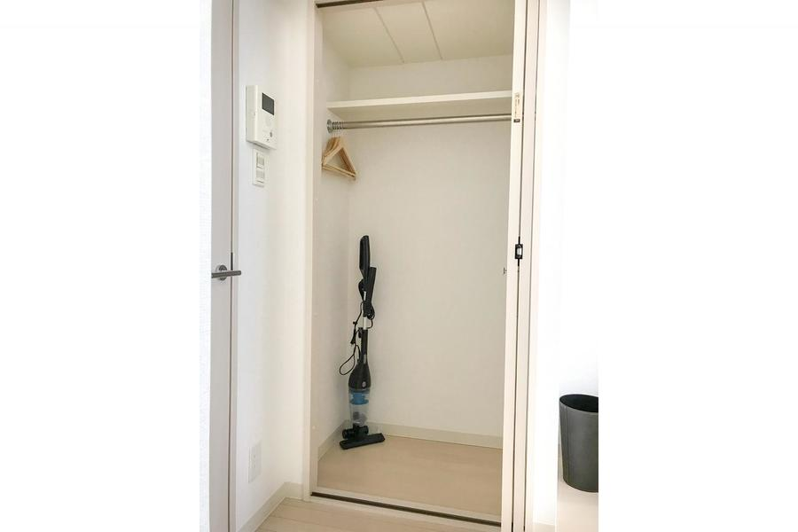 お部屋入口にはクローゼット。高さがあるのでスーツ類もたわまずしまえます