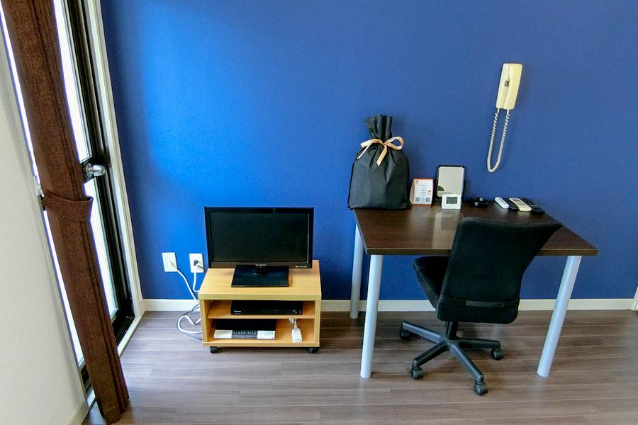 お部屋にはベッドの他、テレビ、デスクセットなどをご用意しております