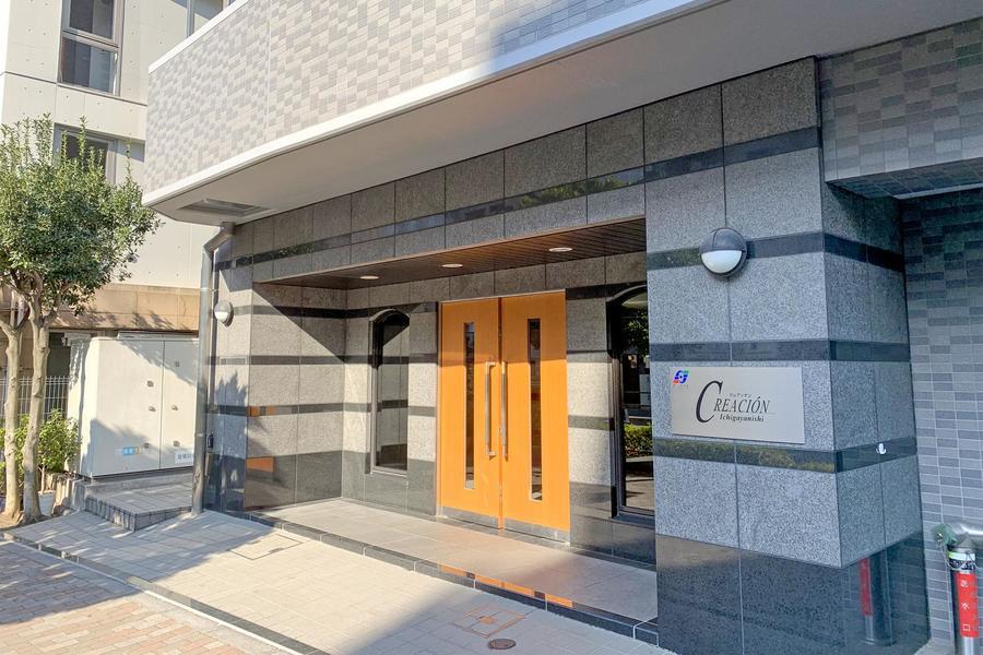 周辺建物の中でもすらりと目立つ13階建て。市ヶ谷周辺での研修、出張滞在先として最適です