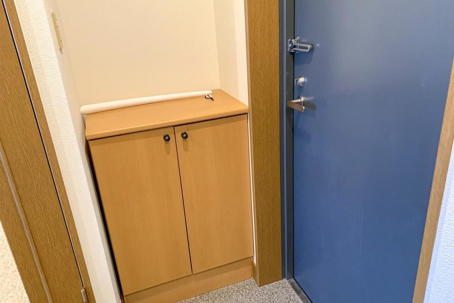 玄関扉はさわやかなブルー。シューズボックス付で玄関もすっきり片付けられます
