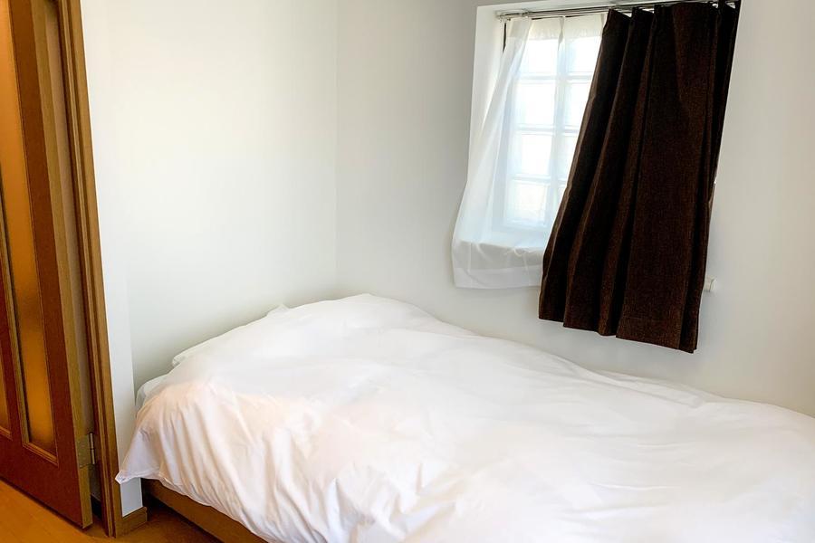 人気の高い角のお部屋。小さな出窓からは明かりが差し込みます