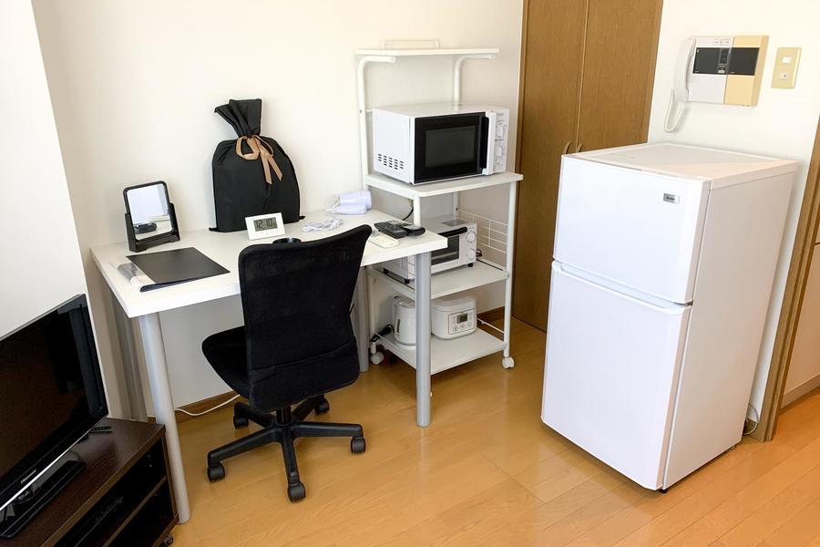 レンジや冷蔵庫などは室内に配置。デスクは書き物やお食事にお使いいただけます