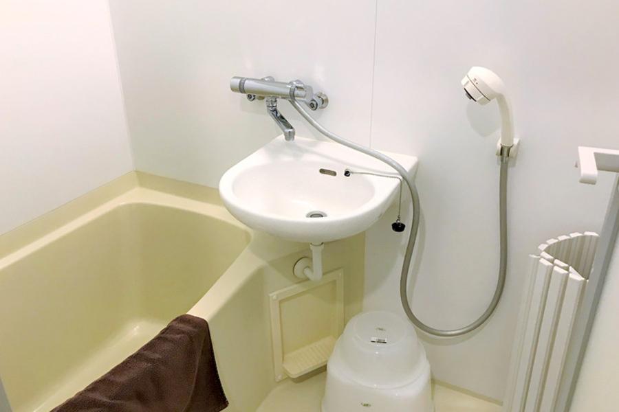 ホワイトとクリーム色の組み合わせが印象的なバスルーム