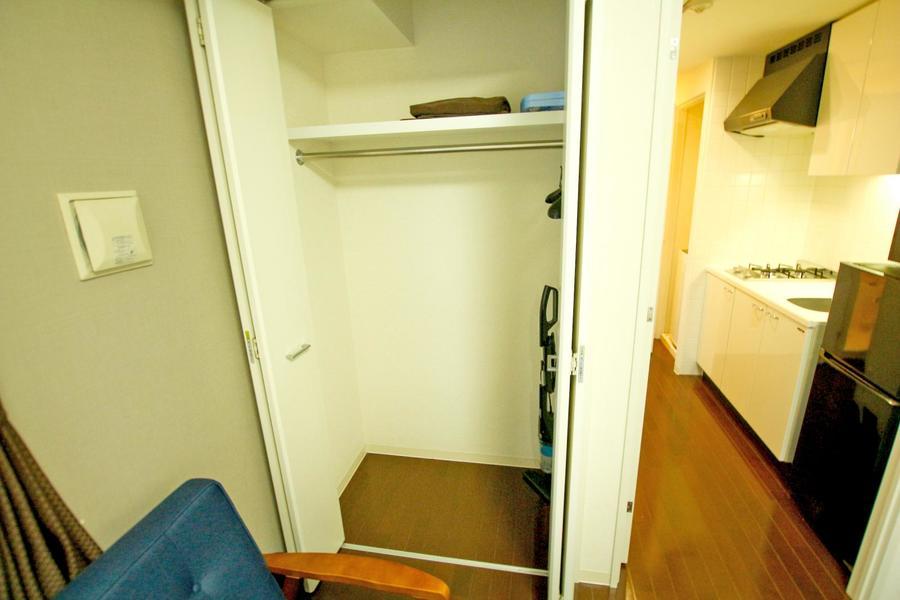 クローゼットは天井まで届くハイタイプ。コートなど丈の長い服もたわまずしまえます