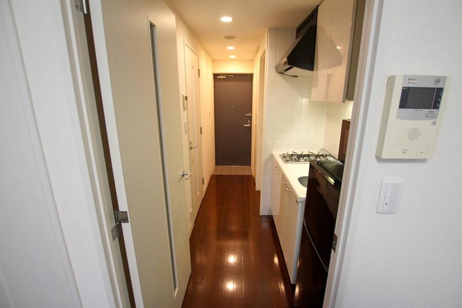 お部屋と廊下の間には仕切り扉付。TVモニタホン搭載で来客時は相手の顔を確認もできます