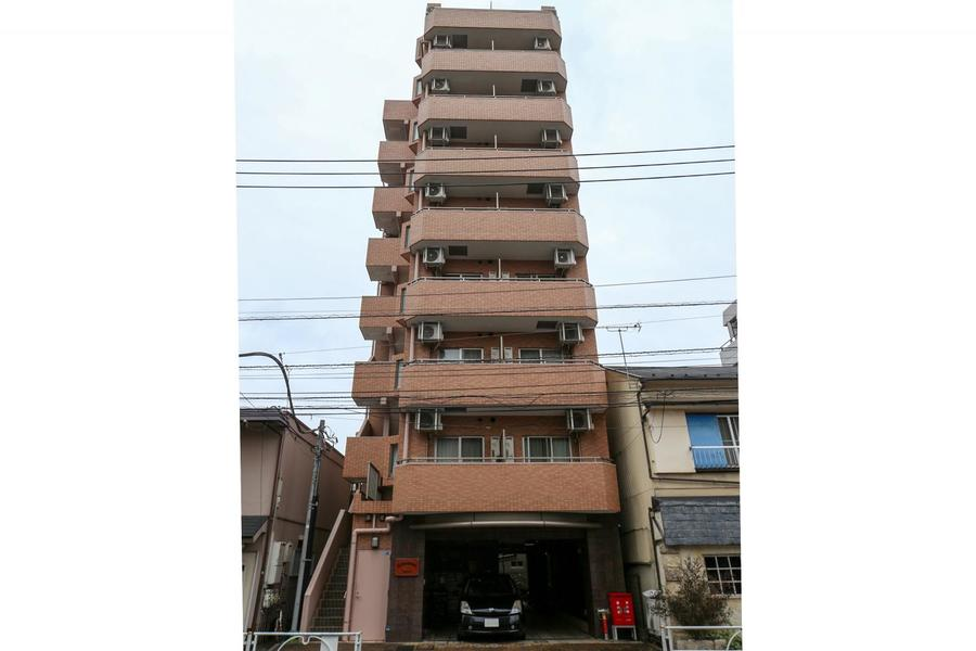 オレンジブラウンの外壁が特徴のマンション。通り沿いの便利な立地です