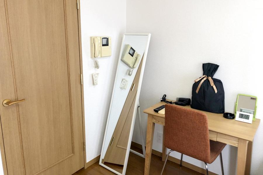 あたたかな雰囲気のお部屋にあわせ、デスクも木目調のものを配置しています