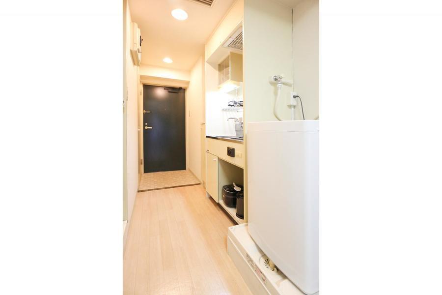 キッチンは上下段に収納部を設置。食器類もすっきりしまえます