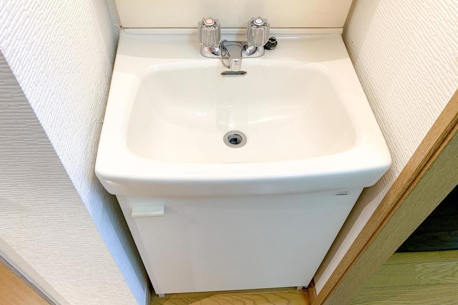 シンプルな洗面台。小物置き場もバッチリです