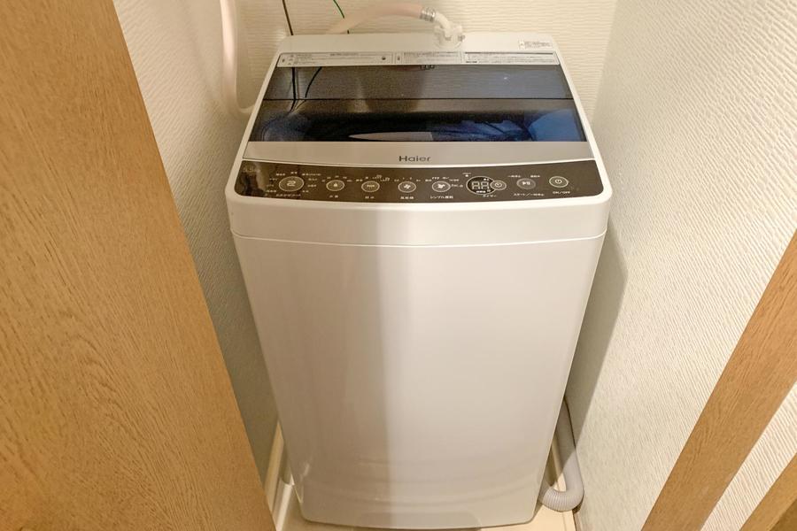 洗濯機は玄関に設置。目隠し扉で未使用時は見えずにスッキリ