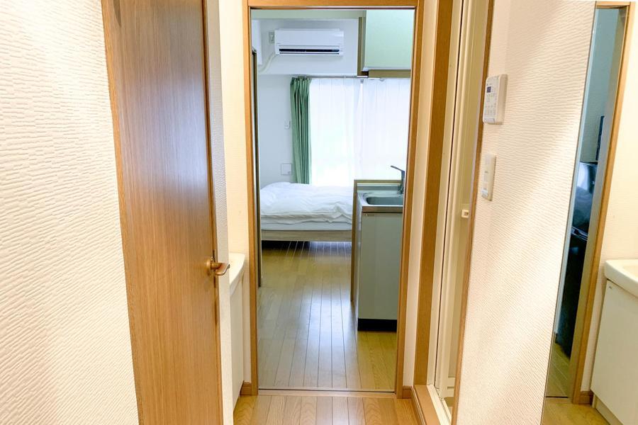 お部屋と廊下の間にはスライドタイプの仕切りドアを設置