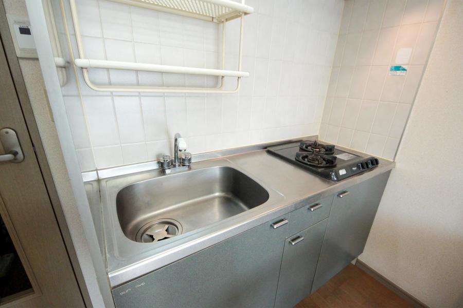 大きめのシンクが特徴のキッチン。安心火力のガスコンロは二口タイプ!