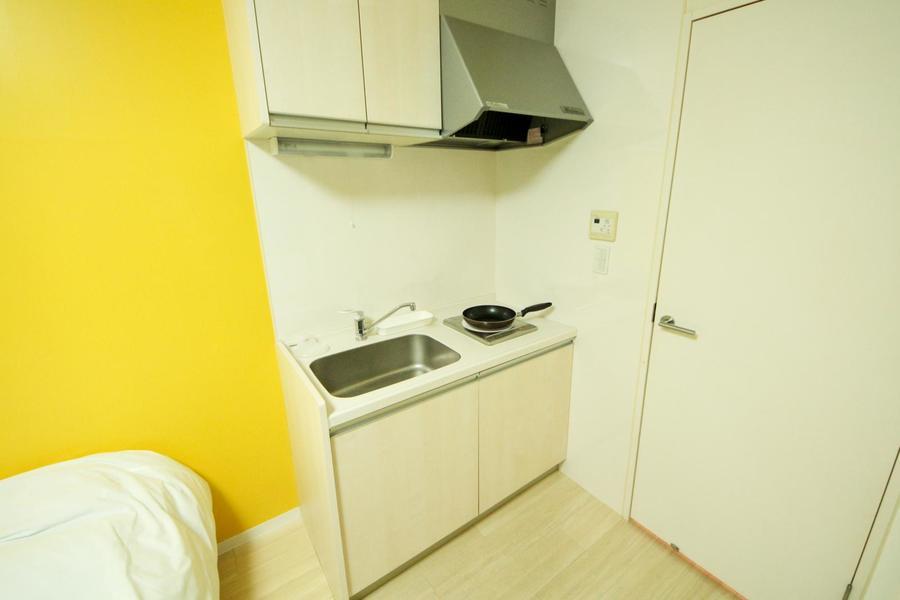 コンパクトなキッチンは広めのシンクが特徴。コンロはIHタイプです