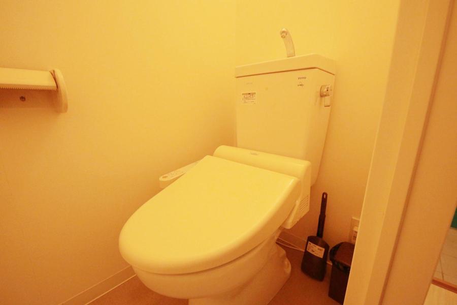 お手洗いはシャワートイレつき。人気の設備です