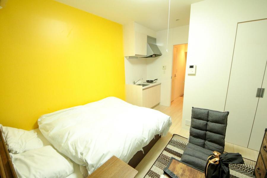 お部屋はシンプルな1Kルーム。ここでもアクセントカラーのイエローが映えます