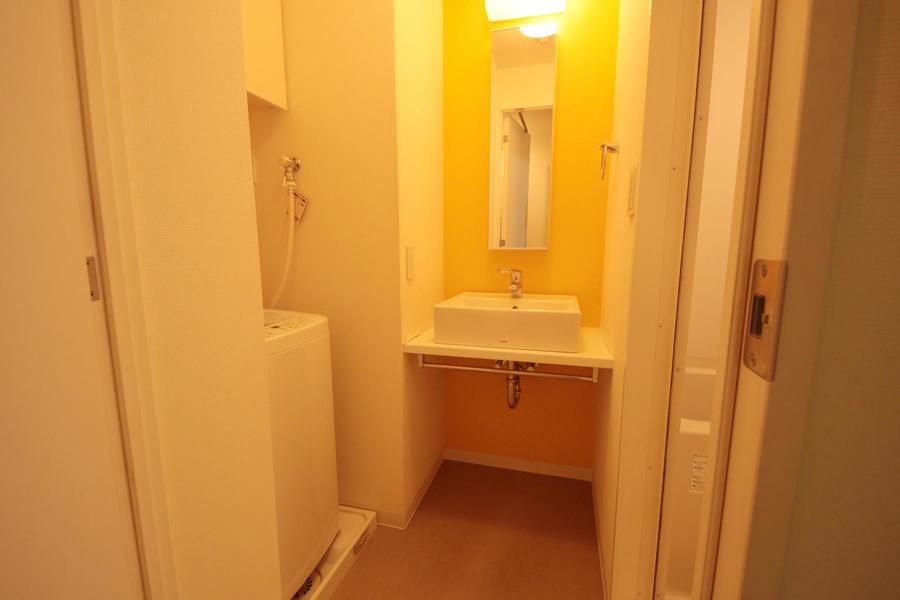 四角いボウルがオシャレな洗面コーナー。シンプルな空間にイエローが映えます